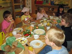 Gemeinsames Frühstück mit Schulkindern